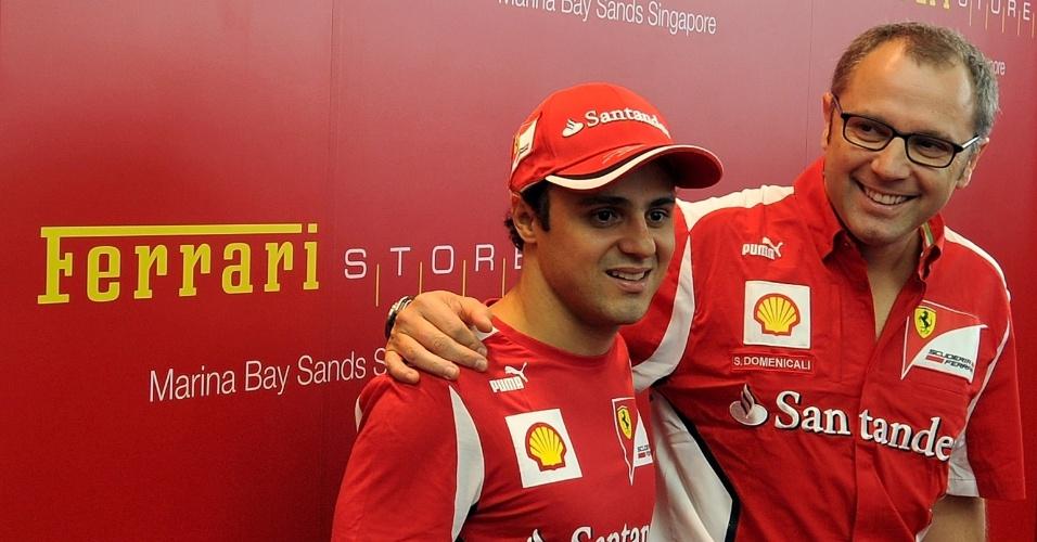 Ainda com futuro indefinido na Ferrari, Felipe Massa (esquerda) posa com o chefe Stefano Domenicali em evento da equipe em Cingapura, para a apresentação do novo modelo F12 Berlinetta