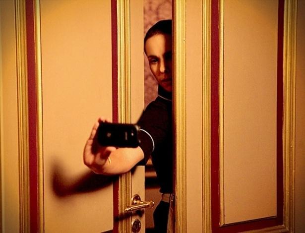 Ainda no início de sua vingança contra Carminha, interpretada por Adriana Esteves, Nina tentou tirar fotos da vilã com Max com a câmera do seu celular (lá no capítulo 72), para provar o caso entre os dois. Só faltou alguém explicar para a mocinha que em ambientes escuros as fotos não saem boas, ainda mais com um aparelho mais simples