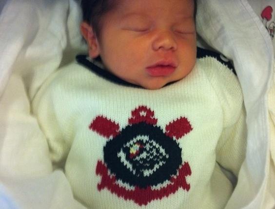 Dentinho posta foto de filho recém-nascido vestido com roupa do Corinthians (20/09/2012)