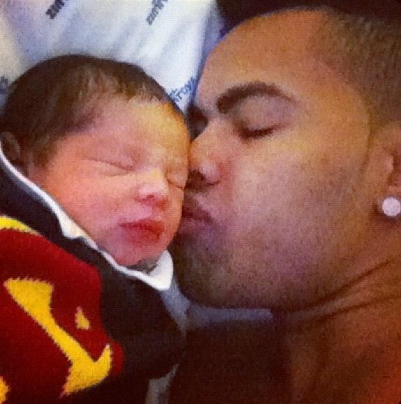 """Dentinho publica foto em seu Twitter do primeiro dia de seu filho Bruno Lucas com a Mulher Samambaia e escreve """"Bommm diaaaa!! Obrigado senhor!! #Dentinho #BrunoLucas #DaniSouza"""" (20/9/12)"""