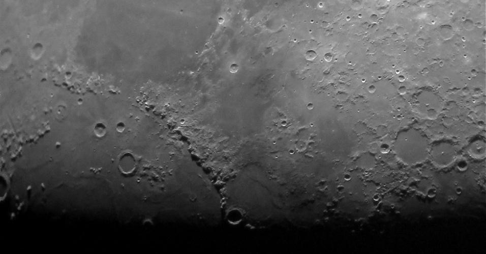 Estes incríveis detalhes da Lua foram capturados pelo adolescente Jacob Marchio. Na parte inferior da foto, o jovem astrofotógrafo mostrou a linha que separa as partes do dia e da noite na Lua