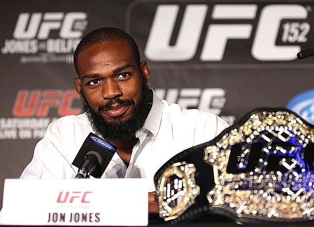 Jon Jones posa com o cinturão na coletiva do UFC 152, em Toronto, Canadá