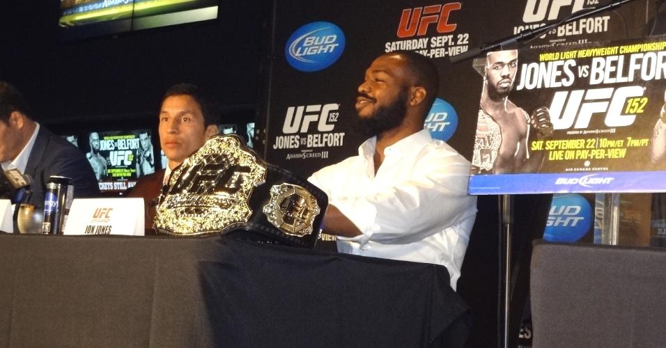 Jon Jones se  imostrou sorridente e tranquilop na coletiva desta quinta-feira, para o UFC 152