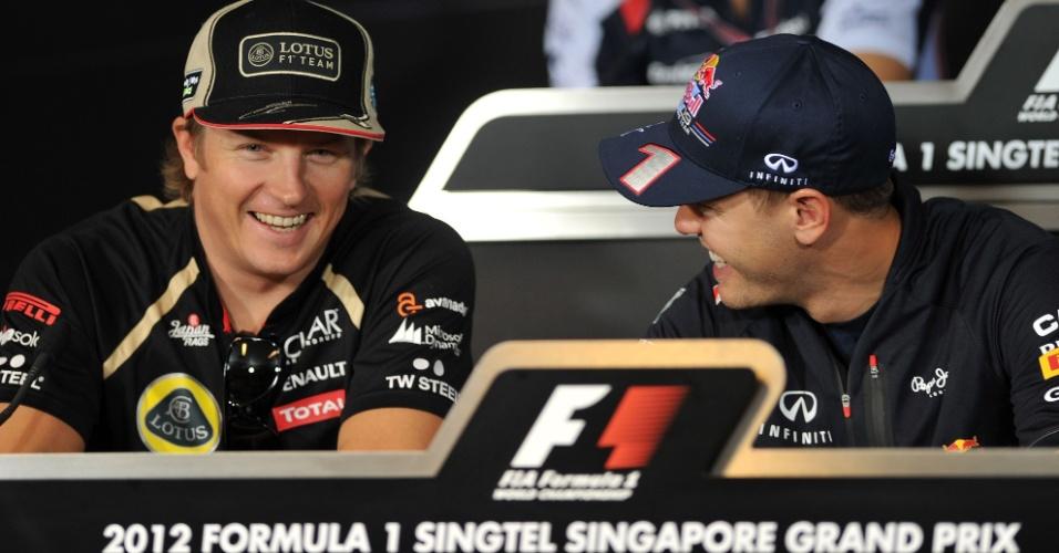 Kimi Raikkonen e Sebastian Vettel conversam em entrevista coletiva