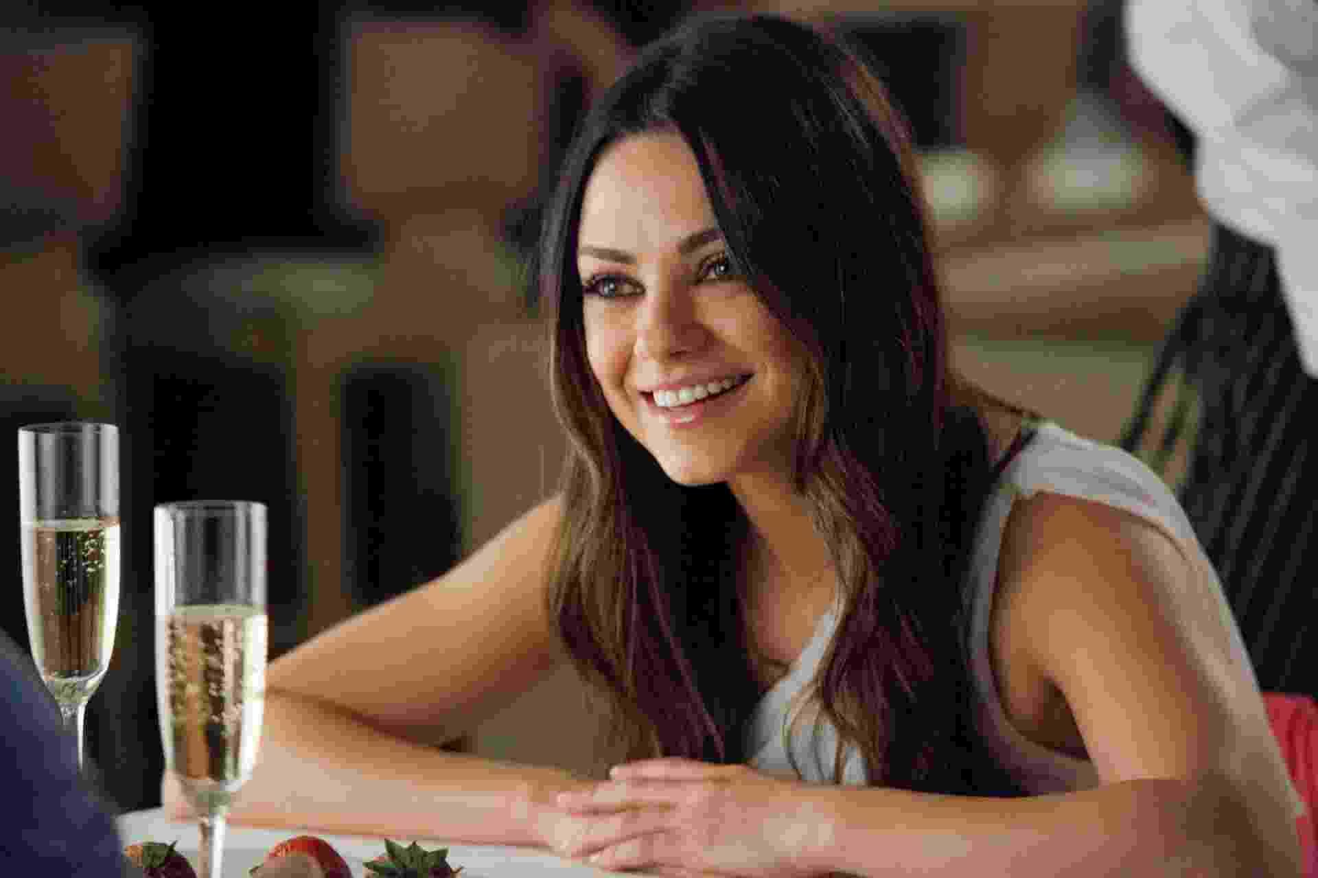 Mila Kunis interpreta Lori, uma namorada fiel, mas cansada com a imaturidade de John Bennett (Mark Wahlberg) - Divulgação / Universal