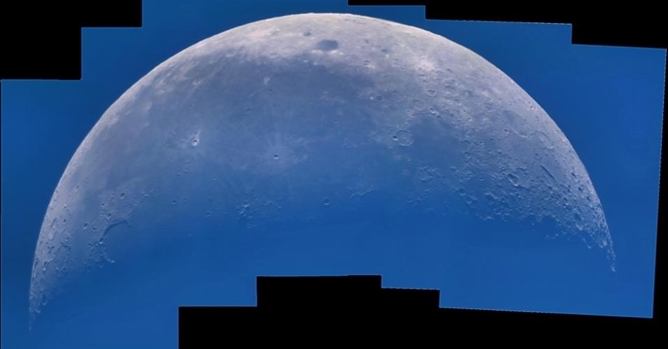 """Na categoria """"fotografia jovem"""", o adolescente Laurent V. Joli-Coeur, de 15 anos, montou este belo mosaico da superfície lunar a partir de diversas imagens de alta resolução tiradas durante o dia. O tom azulado é o reflexo da luz azul da atmosfera terrestre"""