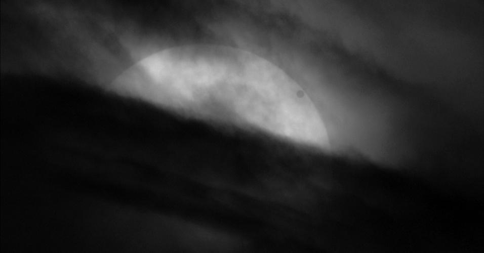 Na categoria Nosso Sistema Solar, o vencedor foi o britânico Chris Warren, com esta imagem de Vênus, que passou entre o Sol e a Terra. O evento foi considerado o mais importante do ano pelos astrônomos, já que a próxima passagem será em dezembro de 2117. O minúsculo disco escuro no alto à direita é o Sol