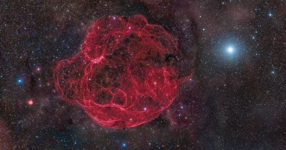 """Nesta imagem de Rogelio Bernal Andreo, dos Estados Unidos, pode-se ver os escombros da supernova Simeis 147 se espalhando pelo espaço, 40 mil anos depois de sua explosão. A foto ficou com o segundo lugar na categoria """"Espaço Profundo"""""""