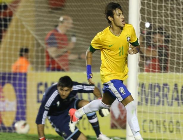 Neymar corre para celebrar seu gol, de pênalti, que deu a vitória ao Brasil no último minuto contra a Argentina
