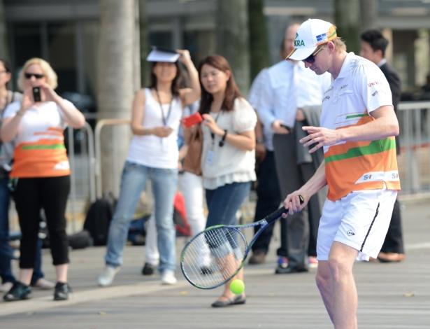 Nico Hulkenberg, da Force India, joga tênis contra Timo Glock