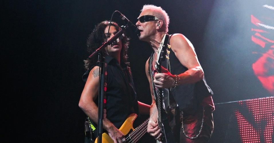 O baixista Pawel Maciwoda e o guitarrista Rudolf Schenker se apresentam no show do Scorpions em São Paulo (20/9/12)