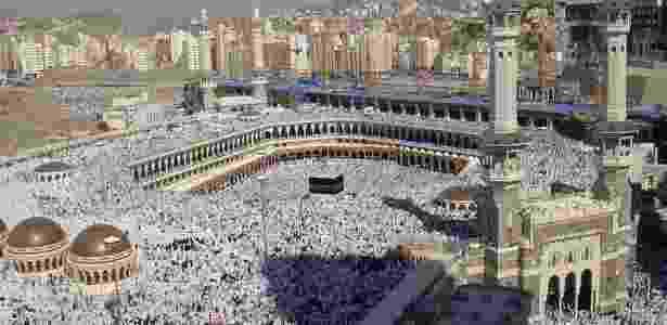 Peregrinos islâmicos na Grande Mesquita, em Meca, na Arábia Saudita, onde fica a Kaaba (o cubo negro no centro da foto), lugar mais sagrado do Islamismo. Atualmente, há cerca de 1,6 bilhão de muçulmanos em todo o mundo, que correspondem a quase 25% da população mundial, estimada em 7 bilhões (Fonte: Pew Forum on Religion & Public Life, 2012)   - Wikimedia commons