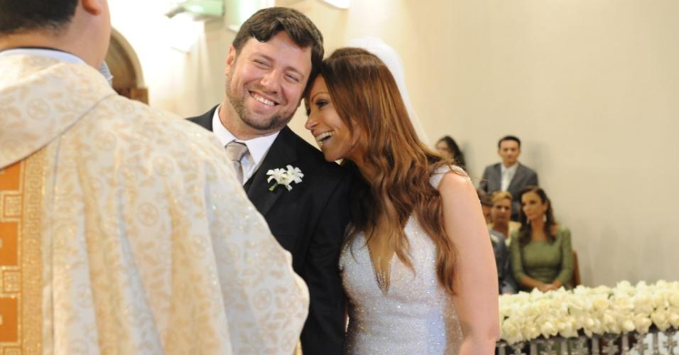 """Solange Almeida, do grupo """"Aviões do Forró"""", se casa com o empresário baiano Wagner Miau. Ao fundo, a madrinha Ivete Sangalo (19/9/12)"""