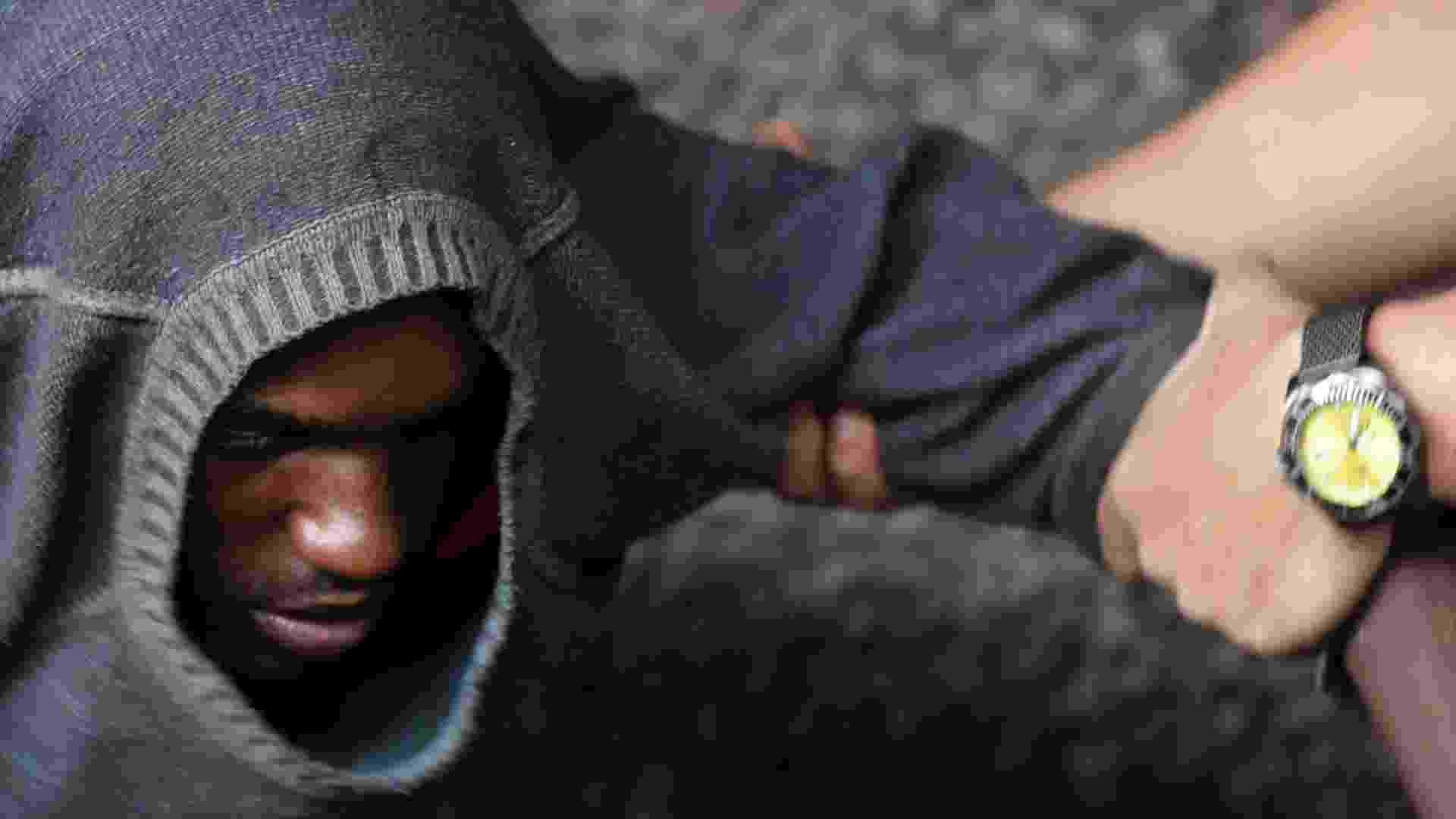 21.set.2012 - Agente da Secretaria de Assistência Social do Rio de Janeiro auxilia usuário de crack durante operação realizada no bairro Madureira, na capital fluminense, que encaminha os viciados a clínicas de reabilitação. O encaminhamento é voluntário, exceto para os suspeitos que infringem a lei - Ricardo Moraes/Reuters
