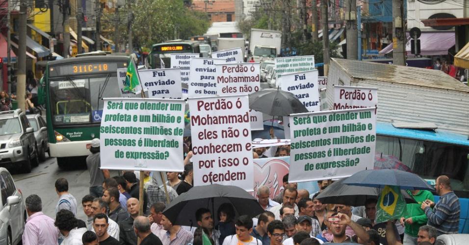 21.set.2012 - Cerca de 600 pessoas participaram de um protesto organizado pela Associação Beneficente Islâmica do Brasil, na região central de São Paulo, contra o filme norte-americano 'Inocência dos Muçulmanos'. A comunidade considerada a gravação ofensiva para o Islã e para a diversidade religiosa