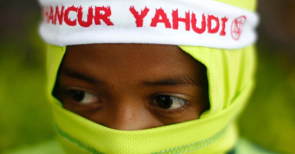 """21.set.2012 - Muçulmano usa faixa que diz """"Destruir Judeus"""" durante protesto na Malásia"""