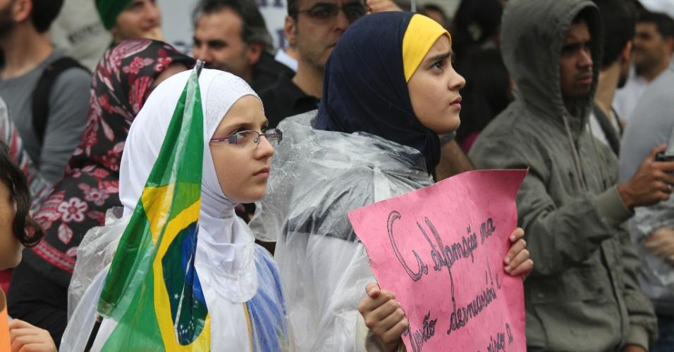"""21.set.2012 - Mulçumana exibe a bandeira do Brasil durante protesto contra o filme norte-americano """"Inocência dos Muçulmanos"""", na região central de São Paulo. A gravação, segundo a comunidade islâmica, é considerada ofensiva ao Islã e à diversidade religiosa"""