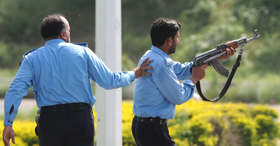21.set.2012 - Policial paquistanês atira durante protesto em Islamabad contra filme anti-Islã