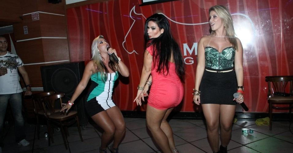 A modelo Solange Gomes dança até o chão entre as integrantes da dupla Dolls na festa de lançamento de uma revista no Rio de Janeiro (20/9/12)