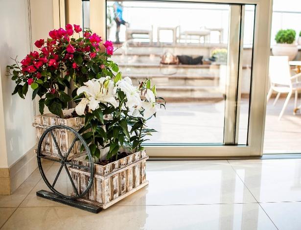 A paisagista Greice Peralta optou por uma floreira de metal composta por lírios brancos e primaveras  - Leonardo Soares de Souza/ UOL