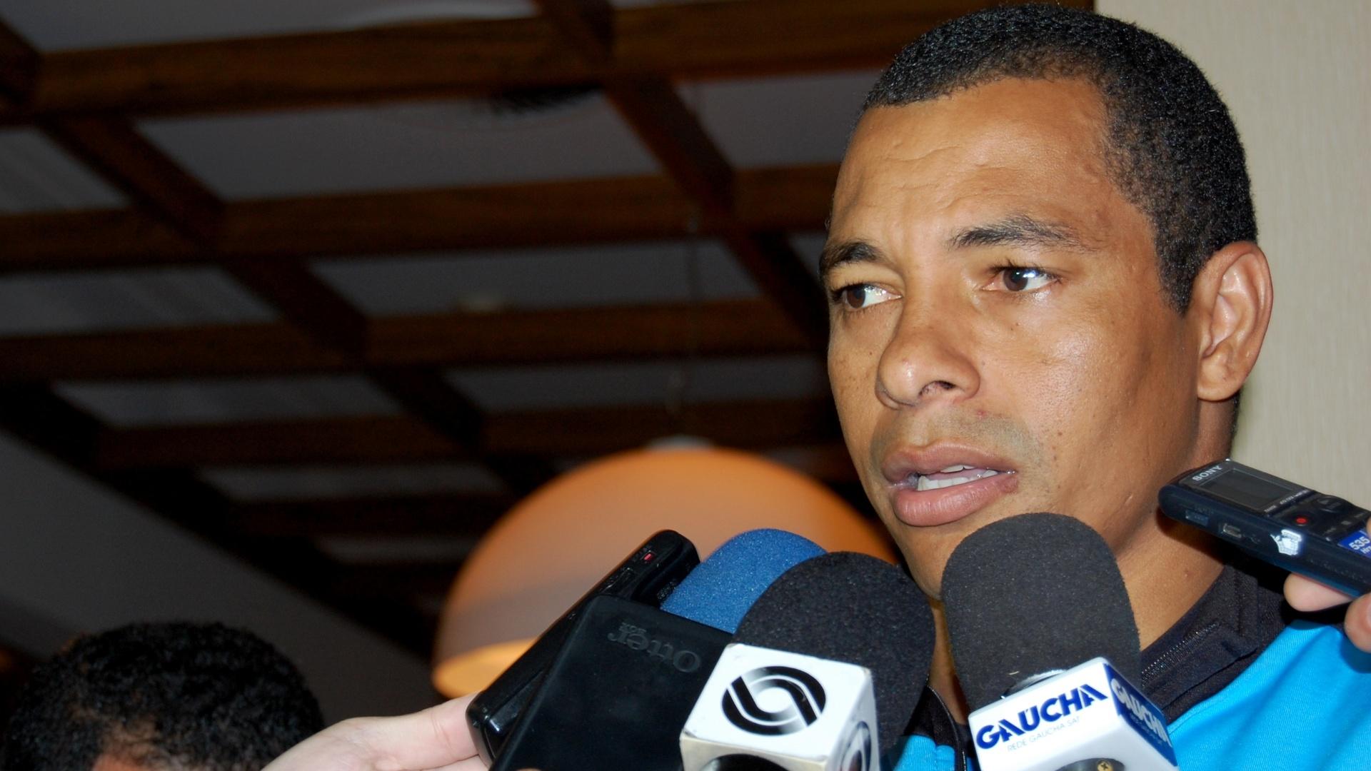 Gilberto Silva dá entrevista após treino do Grêmio em Atibaia (21/09/12)