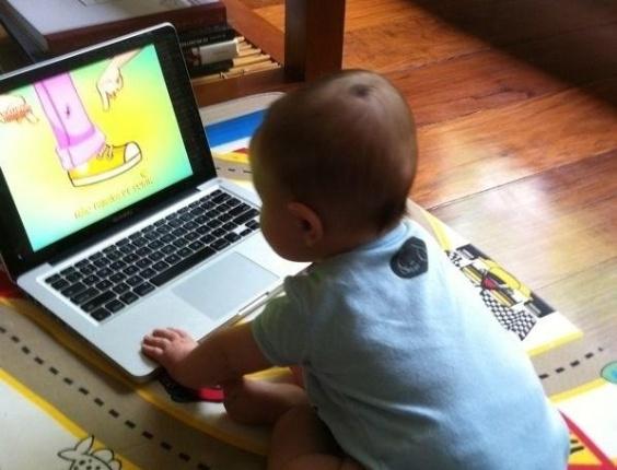 Luana Piovani posta foto do filho, Dom, sentado no chão de sua casa (21/9/12)