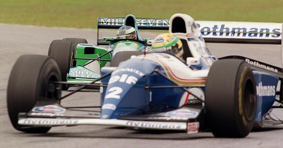 Michael Schumacher tenta ultrapassar Ayrton Senna durante o GP do Brasil de 1994