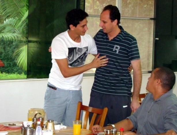 Paulo Henrique Ganso é recebido pelo goleiro e capitão Rogério Ceni em seu primeiro dia no São Paulo