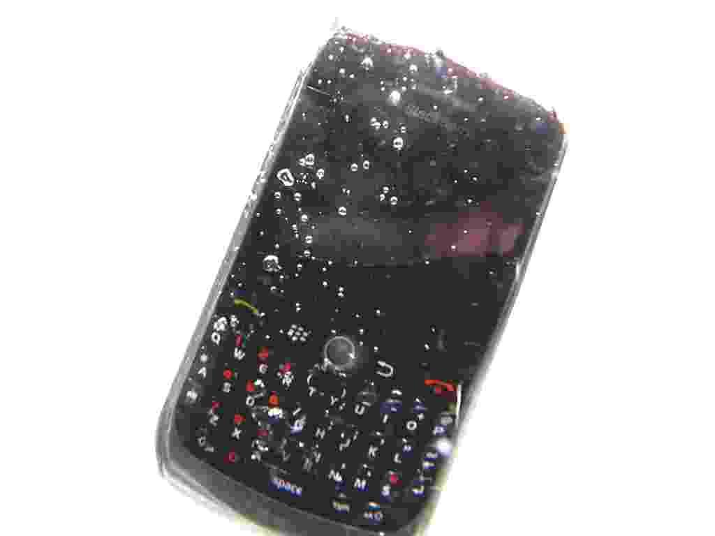 Quando você menos espera, o estrago está feito: seu celular cai na piscina, dentro do vaso sanitário, na poça de chuva. Mas nem tudo está perdido, já que é possível tentar recuperar o aparelho -- ao menos para fazer um backup dos contatos e fotos que você guarda nele. Esse processo, no entanto, não é rápido. São necessários até quatro dias para fazer o celular ''voltar à vida''. Veja a seguir como isso é feito - Leandro Moraes/UOL