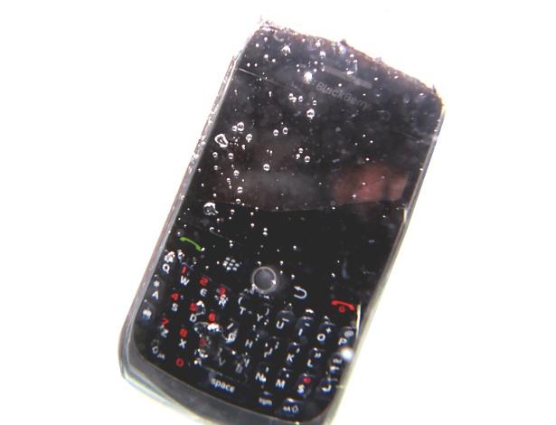 Recuperar celular que caiu na água pode demorar até quatro dias; veja processo