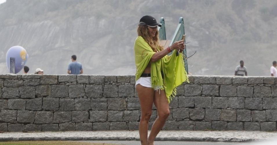Vestida com um shortinho, a cantora Elba Ramalho vai à praia na Barra da Tijuca, no Rio de Janeiro (21/9/12). Elba estava acompanhada do namorado