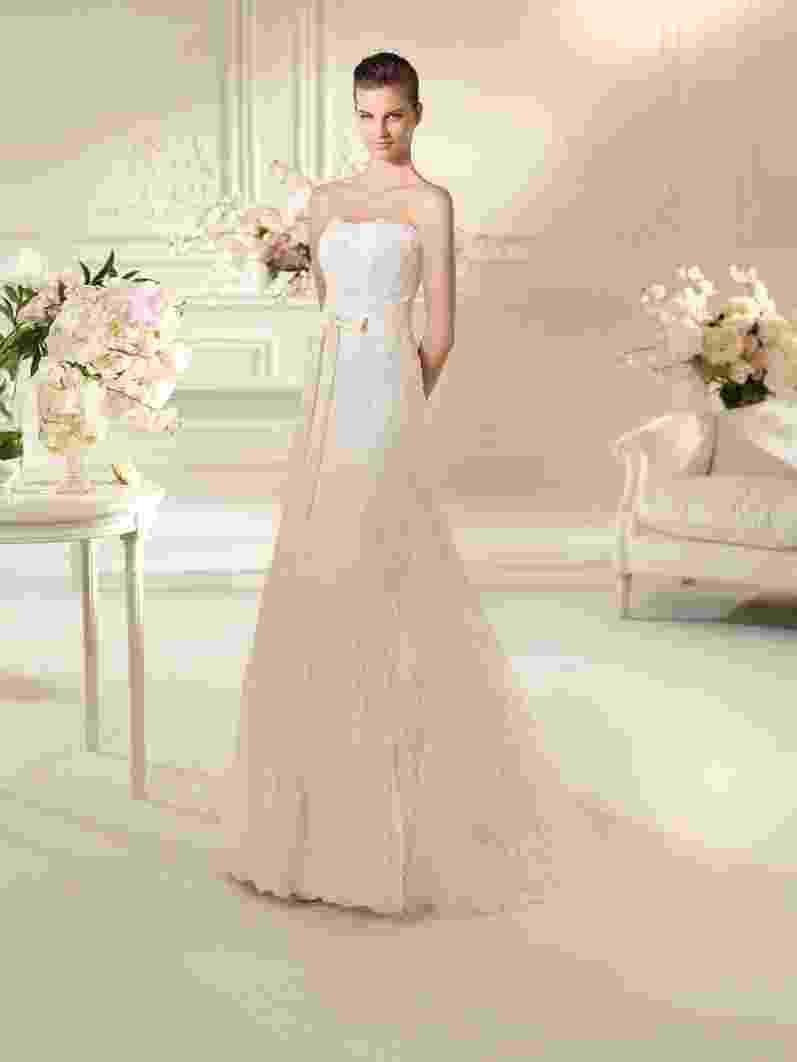 Vestido com bordados florais, tomara que caia e um laço marcando a cintura; R$ 9.900 (venda), na Geraldo Couto (11 3062-1140). - Divulgação
