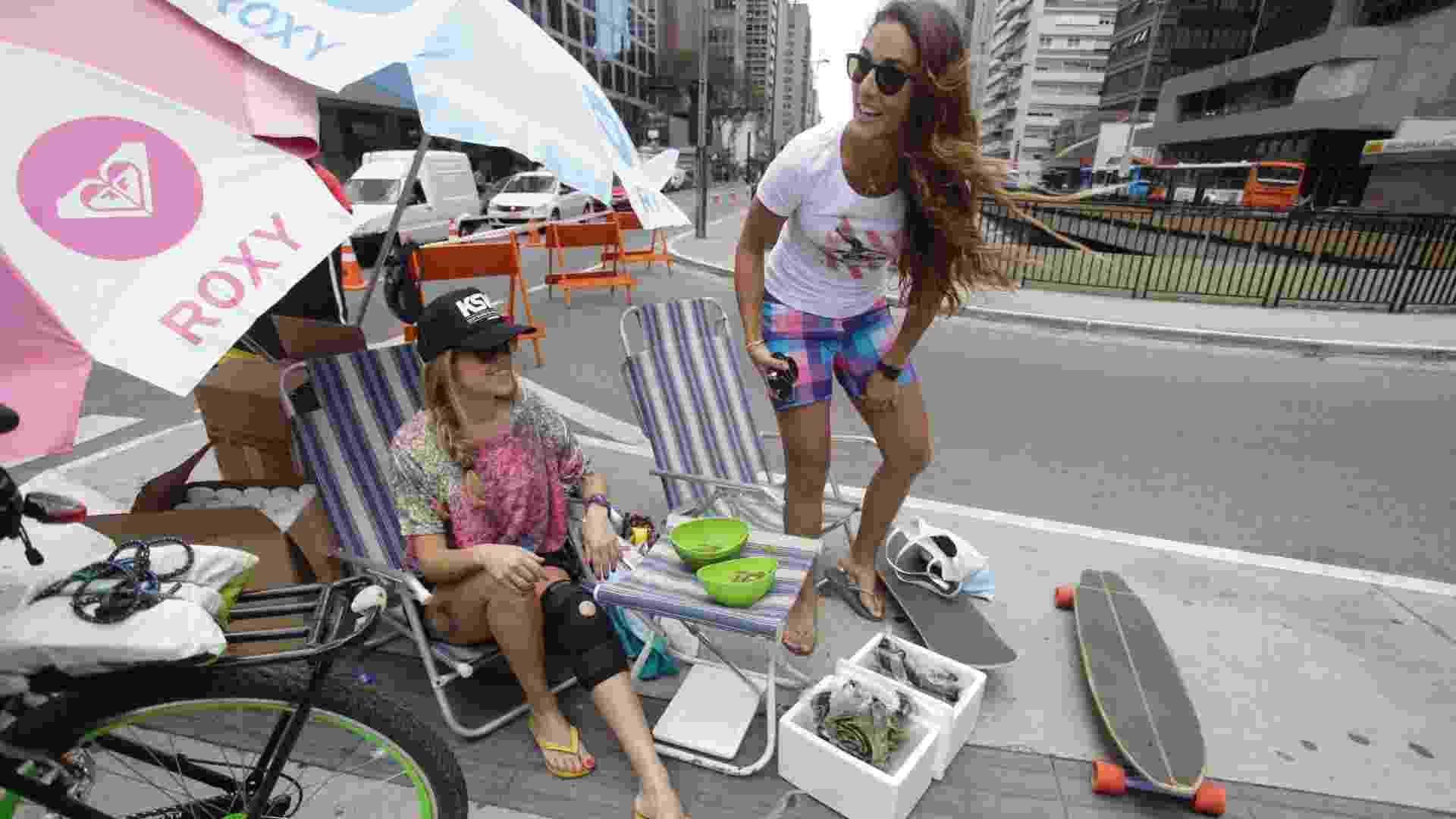 22.set.12 - Manifestantes simulam estar na praia na Praça do Ciclista, em plena avenida Paulista, em São Paulo, em ato no Dia Mundial sem Carro - Nelson Antoine/Fotoarena/AE