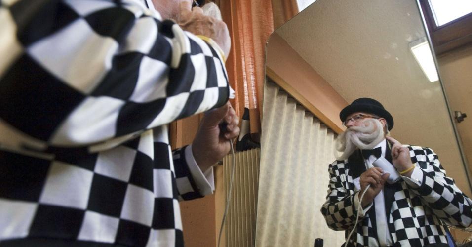 22.set.2012 - Competidor usa secador para arrumar a barba para concurso europeu que irá eleger a melhor barba e bigode. O evento ocorre em Mulhouse, no leste da França, neste sábado (22)