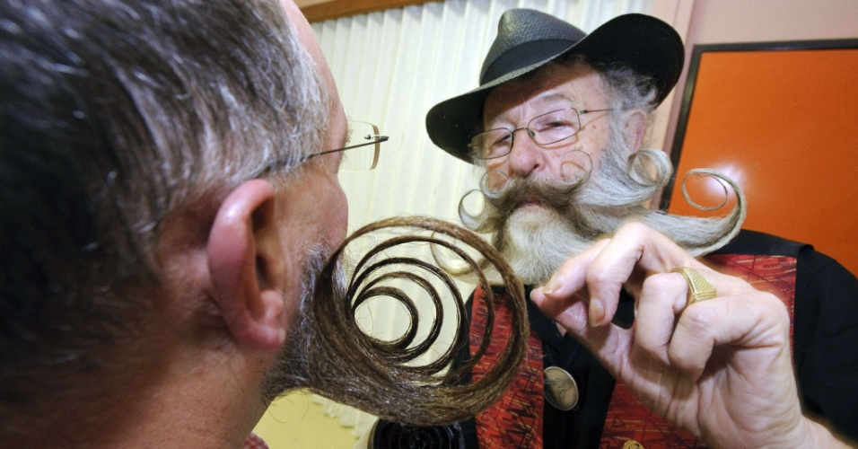 22.set.2012 - Competidores se preparam para início do concurso europeu que irá eleger a melhor barba e bigode. O evento ocorre em Mulhouse, no leste da França, neste sábado (22)