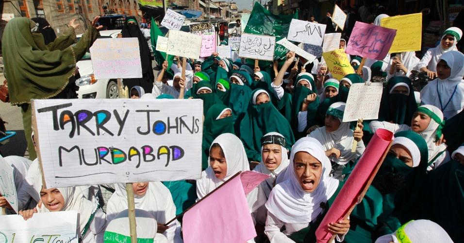 """22.set.2012 - Estudantes participam de protesto organizado por escola muçulmana contra o filme """"Inocência dos Muçulmanos"""", considerado ofensivo ao profeta Maomé, em Srinagar (Índia) neste sábado (22)"""