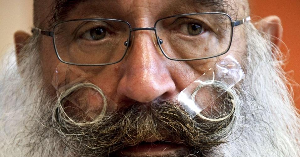 22.set.2012 - Fita adesiva é um dos truques dos competidores do concurso europeu que irá eleger a melhor barba e bigode para arrumar o visual. O evento ocorre em Mulhouse, no leste da França, neste sábado (22)