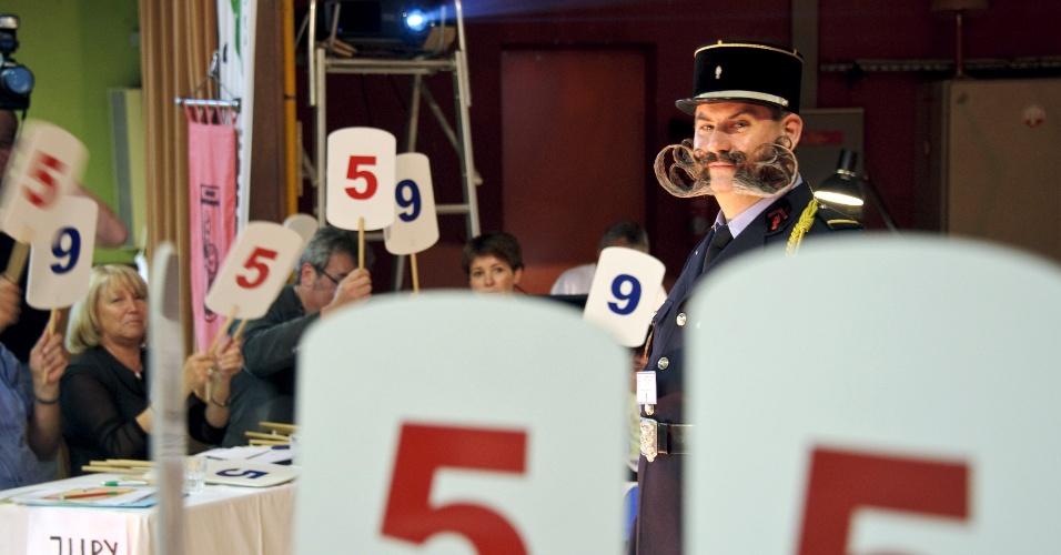 22.set.2012 - Jurados dão notas a um dos competidores do concurso europeu que irá eleger a melhor barba e bigode. O evento ocorre em Mulhouse, no leste da França, neste sábado (22)