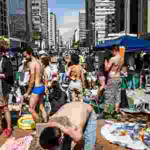 22.set.2012 - Manifestantes simulam praia neste sábado (22) na praça do Ciclista, na avenida Paulista, em São Paulo. O ato marca o Dia Mundial sem Carro - Leonardo Soares/UOL