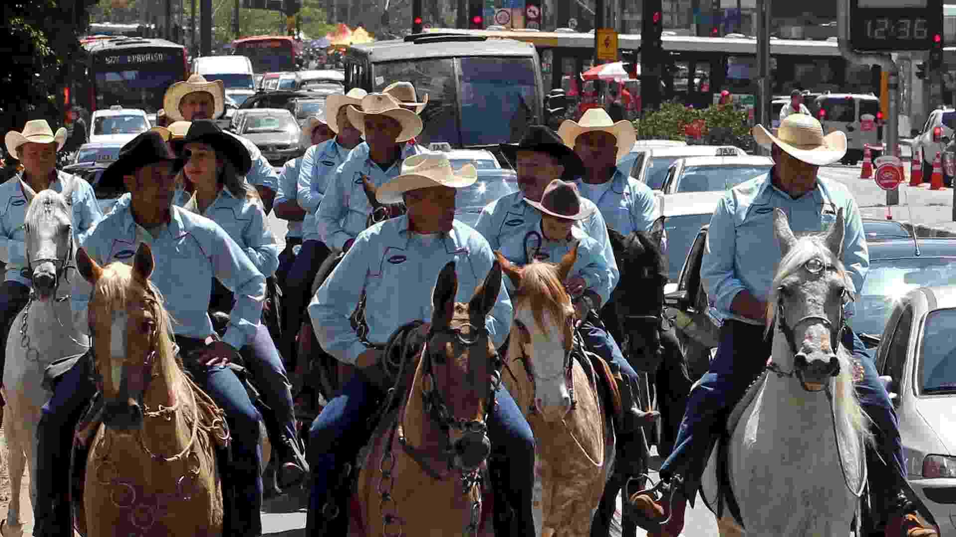 22.set.2012 - Pessoas usam cavalos para se locomover no Dia Mundial sem Carro, em São Paulo, neste sábado (22) - Paulo Whitaker/Reuters