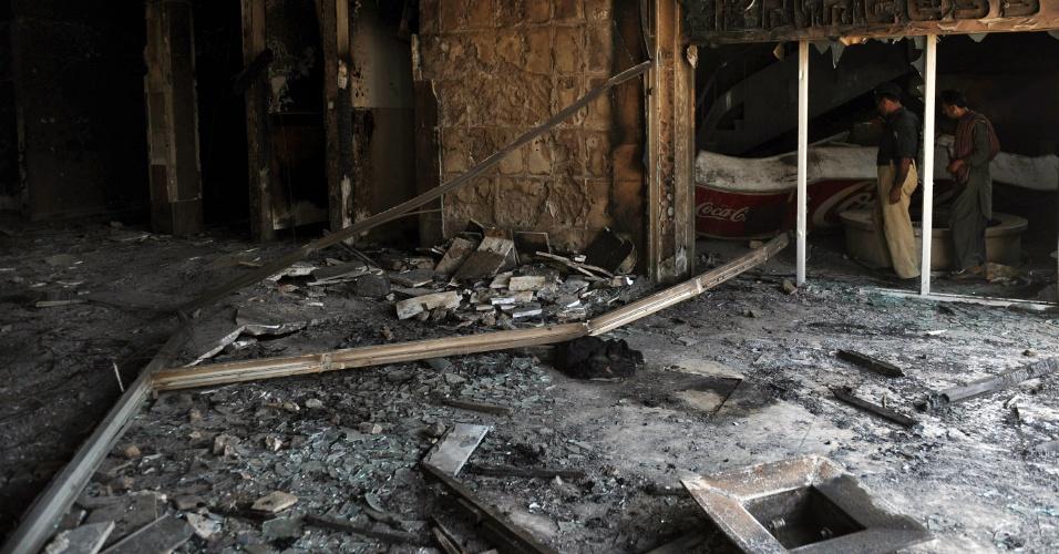 """22.set.2012 - Polícia paquistanesa inspeciona neste sábado (22) sala de cinema destruída após ter sido incendiada por manifestantes que protestavam contra o filme """"Inocência dos Muçulmanos"""" nesta sexta-feira (21), em Karachi"""