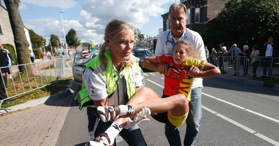 Agne Silinyte, da Lituânia, é carregada pelos médicos após se envolver em um acidente no Mundial de Ciclismo Estrada, na Holanda