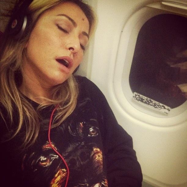 Amigo de Sabrina Sato publica foto da apresentadora dormindo de boca aberta em avião (22/9/12)