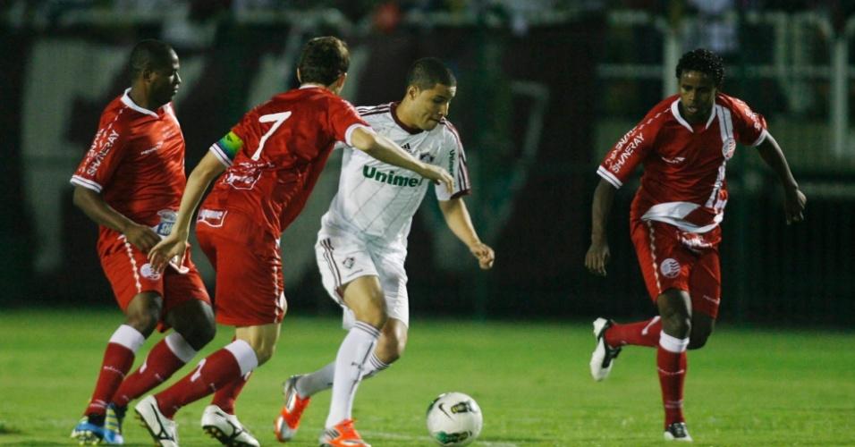 Bruno, do Fluminense, controla a bola no meio da marcação de três jogadores do Náutico