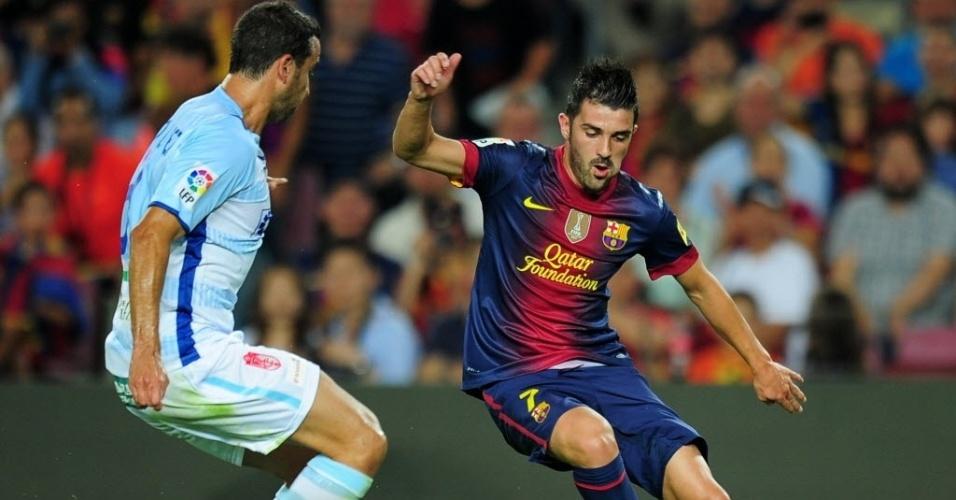 David Villa tenta o drible na partida entre Barcelona e Granada, pelo Campeonato Espanhol