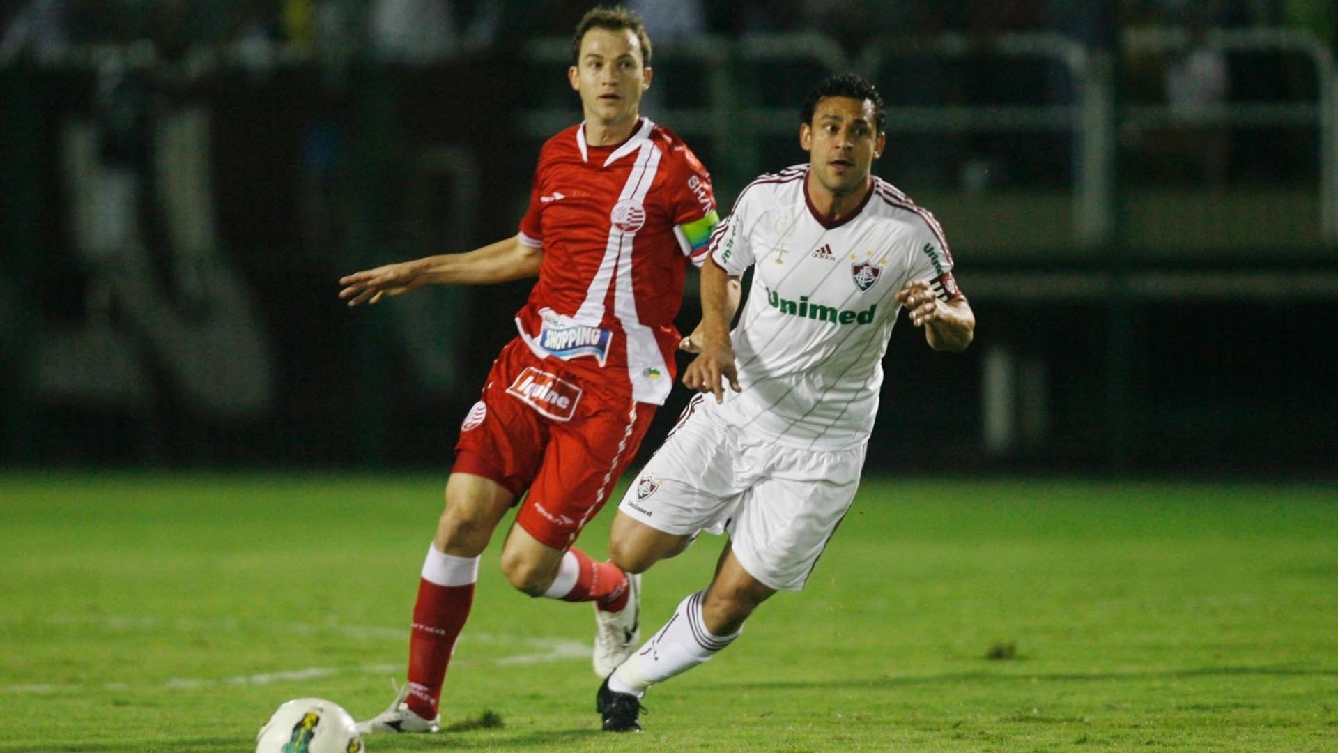 Fred é seguido de perto por Martinez na partida entre Fluminense e Náutico