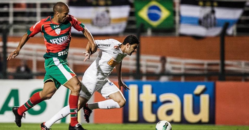 Gerson Magrão, meia do Santos, tenta fugir da marcação de defensor da Portuguesa