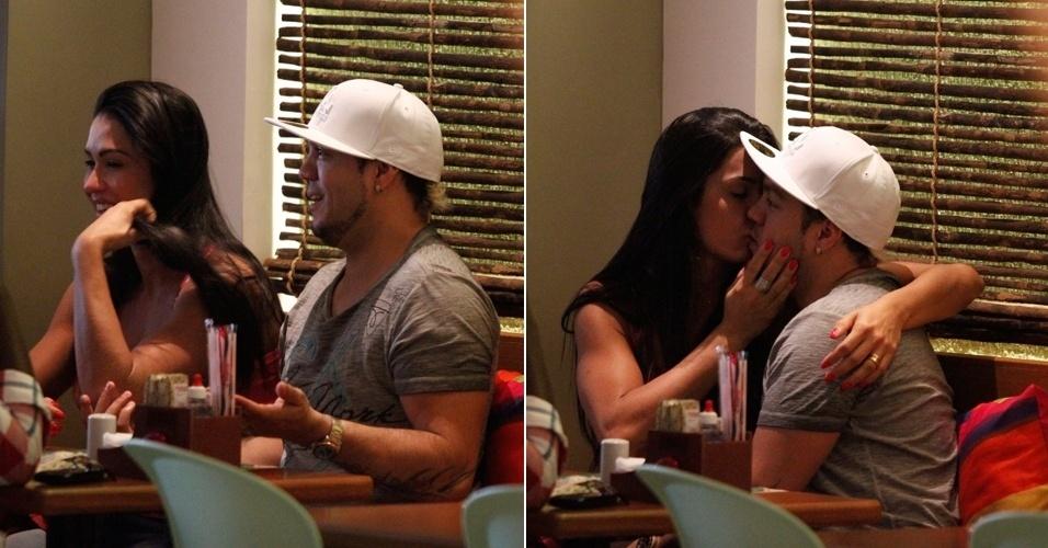 Gracyanne e Belo almoçam juntos na Barra. O casal trocou beijos e carinhos (22/9/12)
