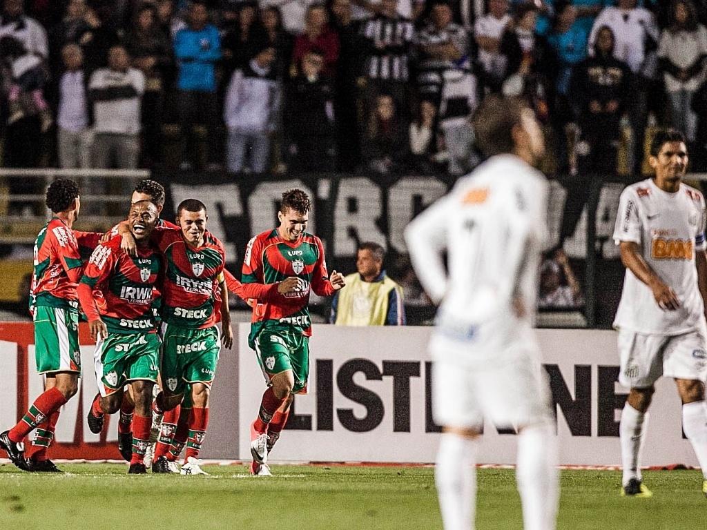 Jogadores da Portuguesa comemoram gol da equipe, que saiu para o intervalo vencendo por 2 a 0 o Santos no Pacaembu