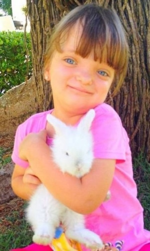 Rafaella Justus ganha um coelhinho de estimação e abraça o animal (24/9/12)